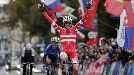 Dán Mads Pedersen slaví titul mistra světa v závodě s hromadným startem