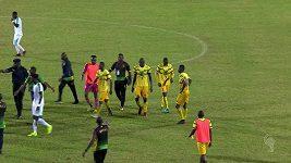 Sudího musela před zuřícími hráči chránit policie.