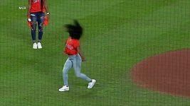 Gymnastická mistryně Simone Bilesová předvedla slavnostní salto i nadhoz baseballistům