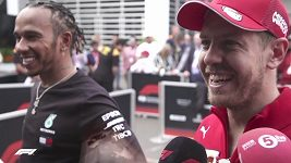 Jezdec Ferrari Sebastian Vettel vtipkuje o Hamiltonovu počínání na trati