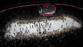 Fanoušci hokejového klubu Hershey Bears naházeli na led 45 000 plyšáků