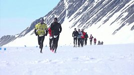 Maraton v Antarktidě dokončil i 84letý běžec