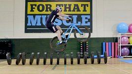 Skotský cyklista předvádí nebezpečné kousky
