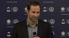 Jsou dny, kdy mi fotbal chybí, přiznává Petr Čech. Častěji než výstroj fotbalovou, obléká teď tu hokejovou