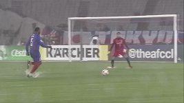 Fotbalista předvedl nádherný gól na podmáčeném terénu