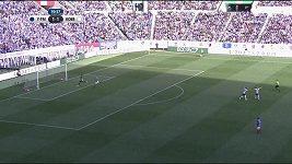 Nepovedená zpětná přihrávka v utkání japonského Superpoháru.