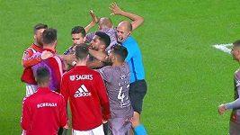 Nesportovní gesto rozpoutalo potyčku, sudí tasil červenou kartu