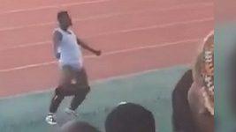 Zanzibarský trenér si za provokativní oslavu vítězství vysloužil zákaz činnosti.