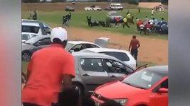 Šílený divák se pokusil autem přejet rozhodčího.