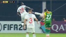 Tožský fotbalista Emmanuel Adebayor předvedl v utkání paraguayské ligy brutální zákrok.