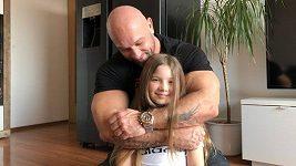 Světový rekordman Vlastimil Kužel doma improvizuje, jako závaží teď používá svoji dceru
