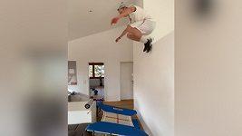 Švýcarský olympionik baví fanoušky, doma si postavil překážkovou dráhu.