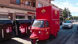Fotbalový klub AS Řím rozváží svým fanouškům v nouzi balíčky s hygienickými prostředky, ale i s pivem.