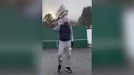 Federer si pinkal o zeď za hustého sněžení