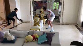 Novak Djokovič hraje v karanténě tenis s pánvičkou