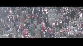 Policejní záběry incidentu mezi slávistickými fanoušky