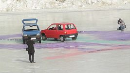Šílená zábava, v Rusku hrají curling s automobily