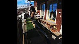 Freestylový lyžař trénuje v karanténě.