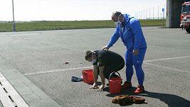 Silák Jiří Orság se vydal cvičit na letiště. Co vše jde zvládnout s kýblem?