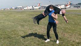 Česká reprezentantka Adéla Hanzlíčková vyrazila trénovat na letiště