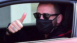Hráči AC Milán přijíždějí do nemocnice na testy na koronavirus