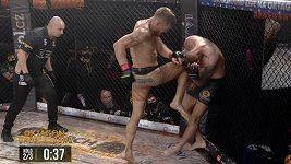 Když boxer vyrukuje s malými rukavicemi. Tohle je nadvláda Erika Tlkance v kleci