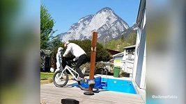 Závodník na BMX vynáší smetí originálním způsobem
