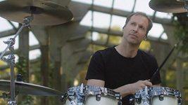 Petr Čech opět bubnuje, vybral si nečekaný žánr.