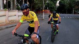 Fotbalista Fred podpořil chudé rodiny, do nového působiště jel na kole