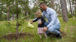 Judista Lukáš Krpálek s dcerou Marianou vysadil v pražské Botanické zahradě svůj strom