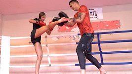 Au, křičela plavkyně Barbora Seemanová při tréninku s boxerem Vasilem Ducárem