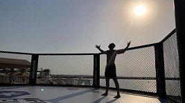 Jak se staví UFC klec na pláži v Abú Zabí?