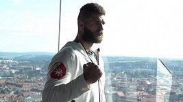 Střepy pro štěstí. Jiří Procházka pojal přípitek po návratu z vítězného debutu v UFC svérázně