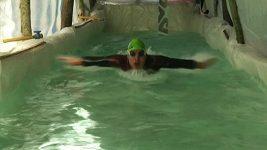 Paralympijský plavec si sám postavil doma bazén z plastových pytlů