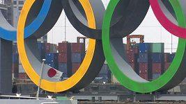 Z tokijského přístavu byly odtaženy obří olympijské kruhy