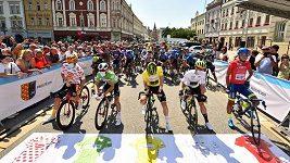 Peloton Czech Cycling Tour projíždí při etapě Prostějov-Uničov obcí Ptenský Dvorek.