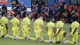 Oba týmy před zápasem poklekly při americké hymně na protest proti sociální a rasové nerovnosti