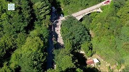 Remco Evenepoel spadl z mostu.