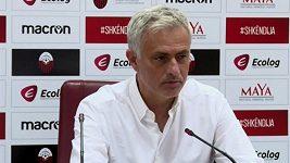Kouč Tottenhamu Mourinho reklamoval rozměry branek v Makedonii