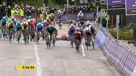 Drsný pád při dojezdu cyklistického závodu Scheldeprijs