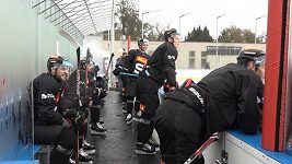 Hokejisté Sparty se vracejí do dětských let. Trénují pod širým nebem v Dobříši a převlékají se u ledu.