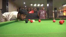 Pakistánský snookerový hráč se narodil bez rukou, na kulečníkovém stole přesto drtí soupeře