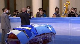 Rakev s ostatky Diega Maradony míří do prezidentského paláce Casa Rosada
