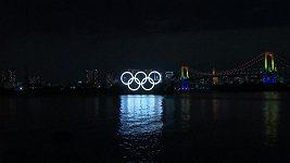 Obří olympijské kruhy rozzářily Tokio