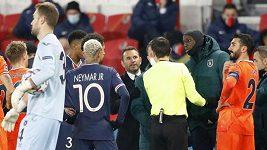 Zápas PSG s Basaksehirem se nedohrál kvůli výrokům rozhodčího na trenéra tmavé pleti