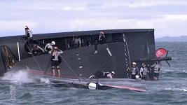 Závodní jachta týmu American Magic se převrátila po riskantním manévru posádky