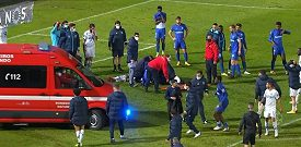 Fotbalistu Porta odvezla po střetu se soupeřem ze hřiště sanitka