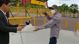 Muž vytáhl zbraň na reportéra před fotbalovým stadionem