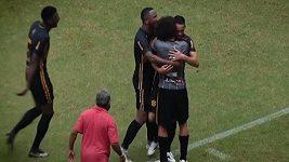 Brazilský fotbalista Émerson se trefil přes půlku hřiště