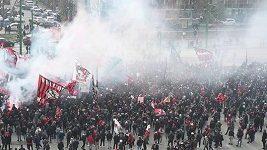 Fanoušci rivalských AC Milan a Inter Milan před stadionem San Siro